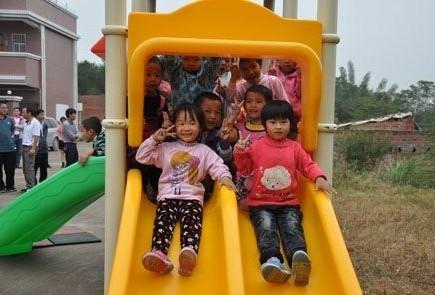 """小狮贝恩献爱贫困山区幼儿园 为孩子们""""造梦"""""""