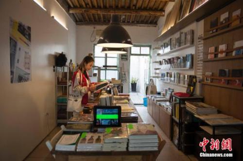 北京市杨梅竹斜街的一家特色书店正在打折出售读物。 中新网记者 翟璐 摄