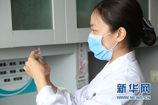 护士准备为患者注射促超速排卵药物 新华网 杨锘摄