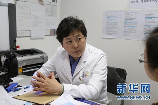 北京大学第一医院生殖与遗传医疗中心主任徐阳与患者交流 新华网 杨锘摄