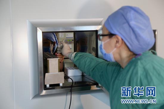 护士将取出的卵泡送入胚胎实验室 新华网 杨锘摄