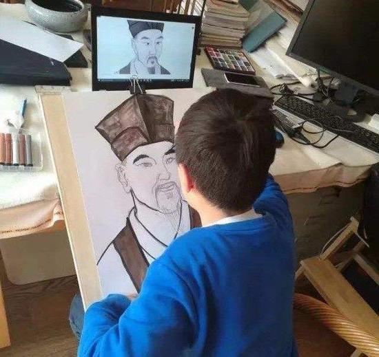 小学生在画苏轼
